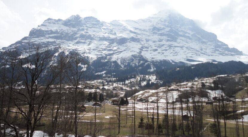冬のグリンデルワルドにて大迫力のアイガーを望む  トラベルダイアリー