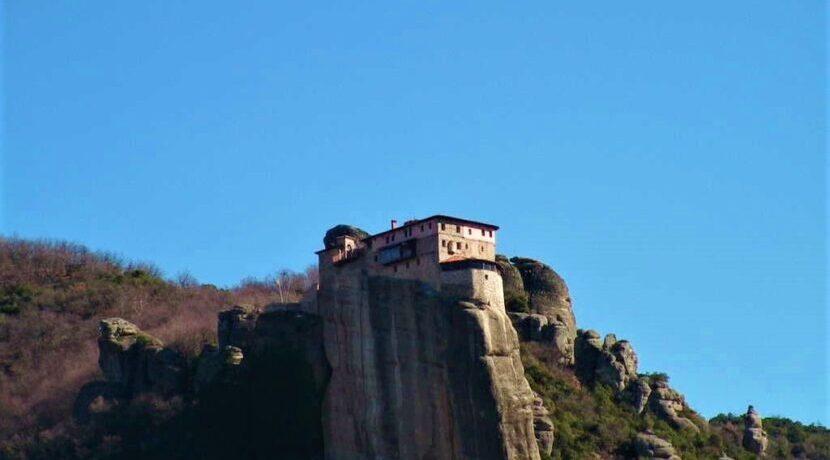 一体どうやって?!断崖絶壁岩の頂に建つギリシャのメテオラ修道院群| トラベルダイアリー